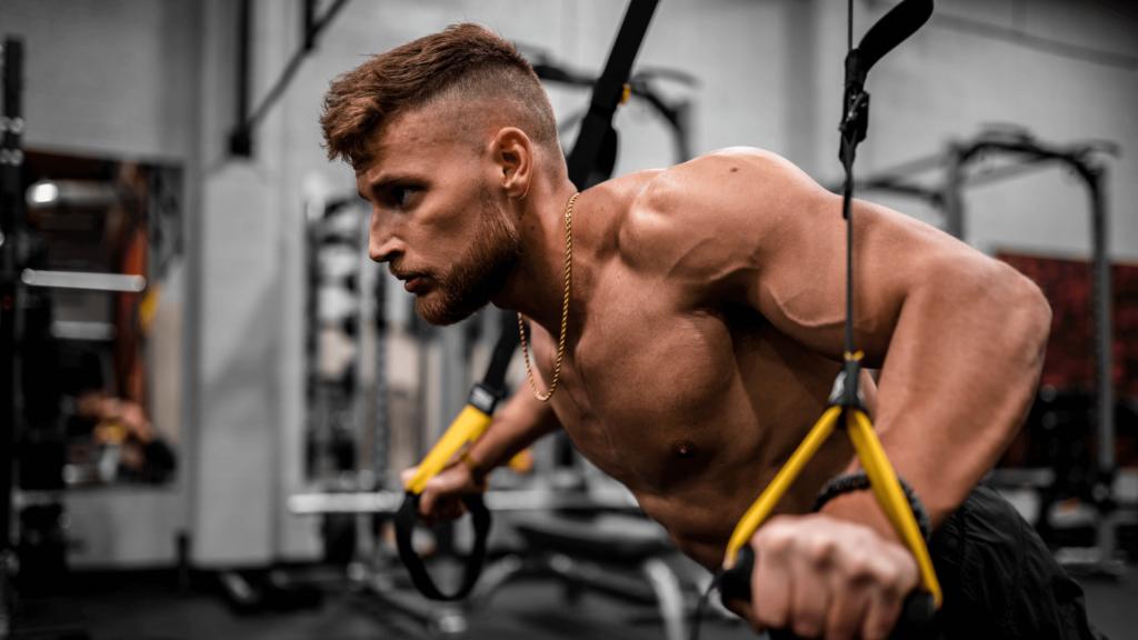 come allenare le spalle a corpo libero